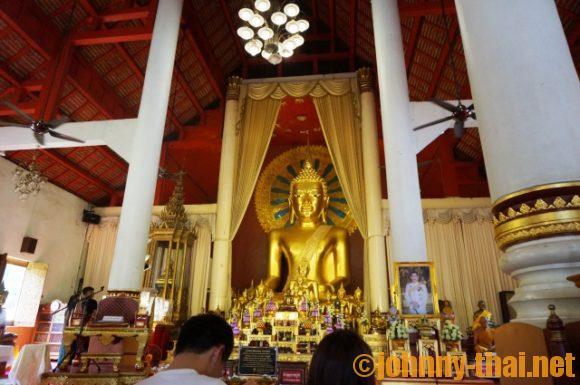 ワットプラシン内巨大仏像