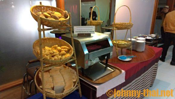 チェンマイオーキットホテルの朝食ブッフェ