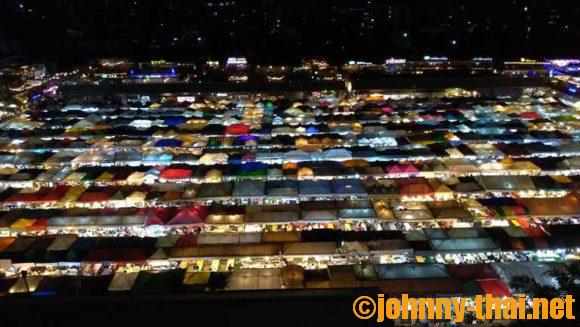 タラートロットファイ・ラチャダー(夜景がきれいな鉄道市場)