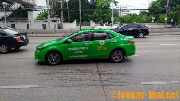 バンコク市内を走る緑色のタクシー