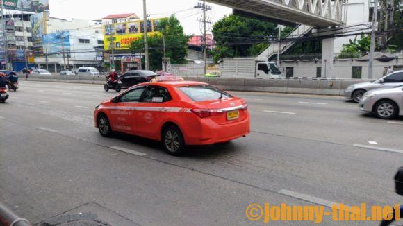 バンコク市内を走るオレンジ色のタクシー