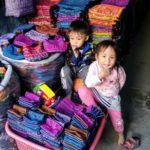 モン族市場の子供たち