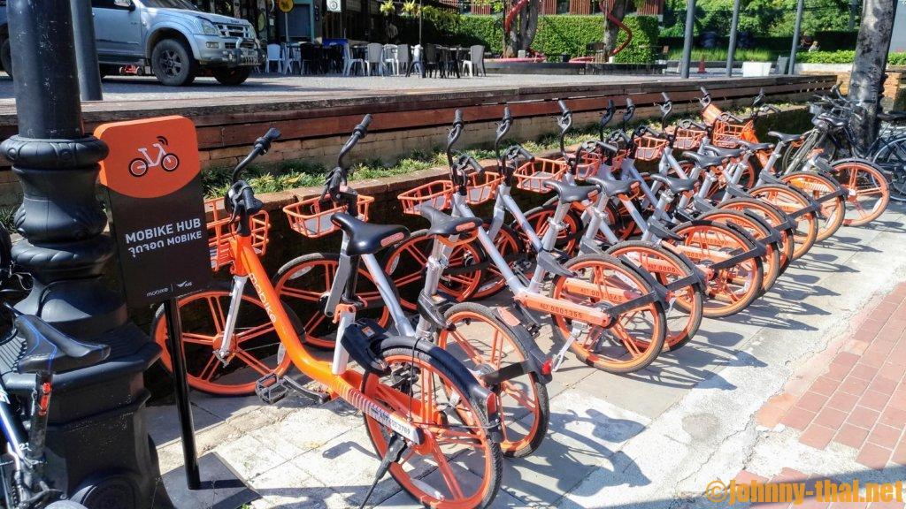 チェンマイ市内のオレンジ色の自転車モバイク